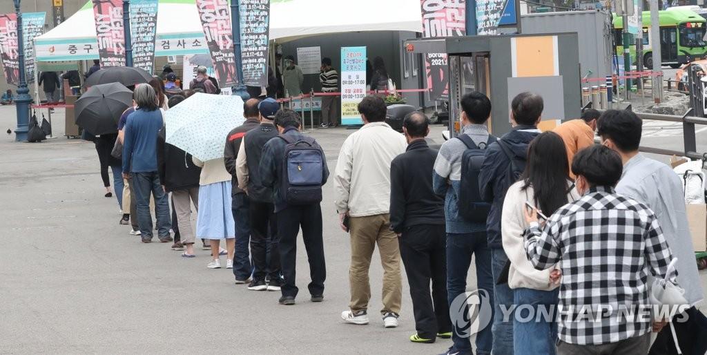 资料图片:市民排队接受病毒检测。 韩联社
