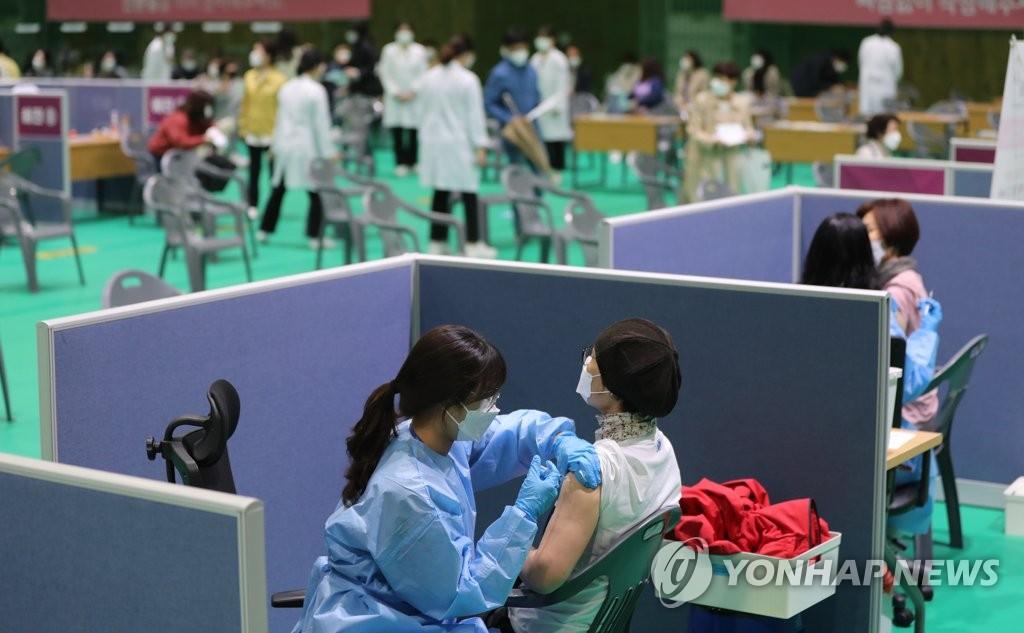 4月12日,在光州北区,特殊学校和各级学校工作人员正在接种阿斯利康新冠疫苗。政府当天重启阿斯利康疫苗接种工作。 韩联社