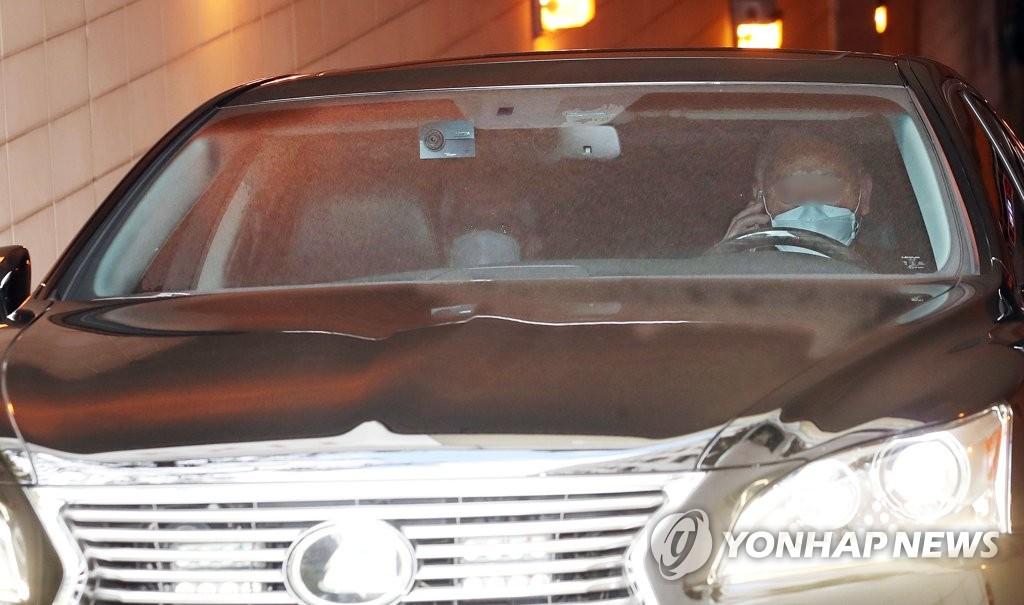 4月13日,在外交部,日本驻韩大使相星孝一乘坐的汽车离开停车场。 韩联社
