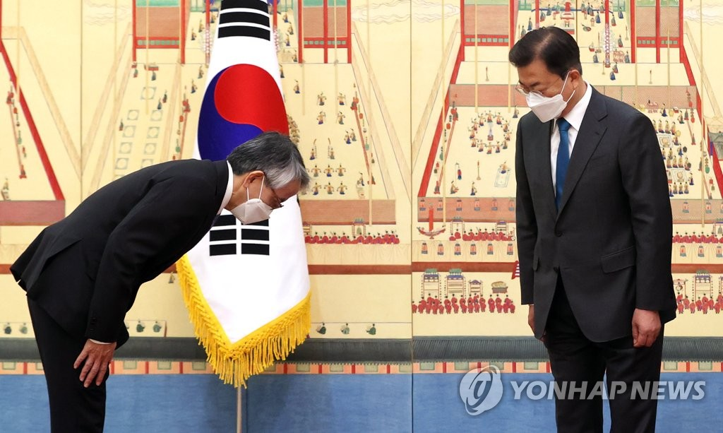 4月14日上午,在青瓦台,韩国总统文在寅(右)在国书递交仪式上与日本大使相星孝一问好。 韩联社