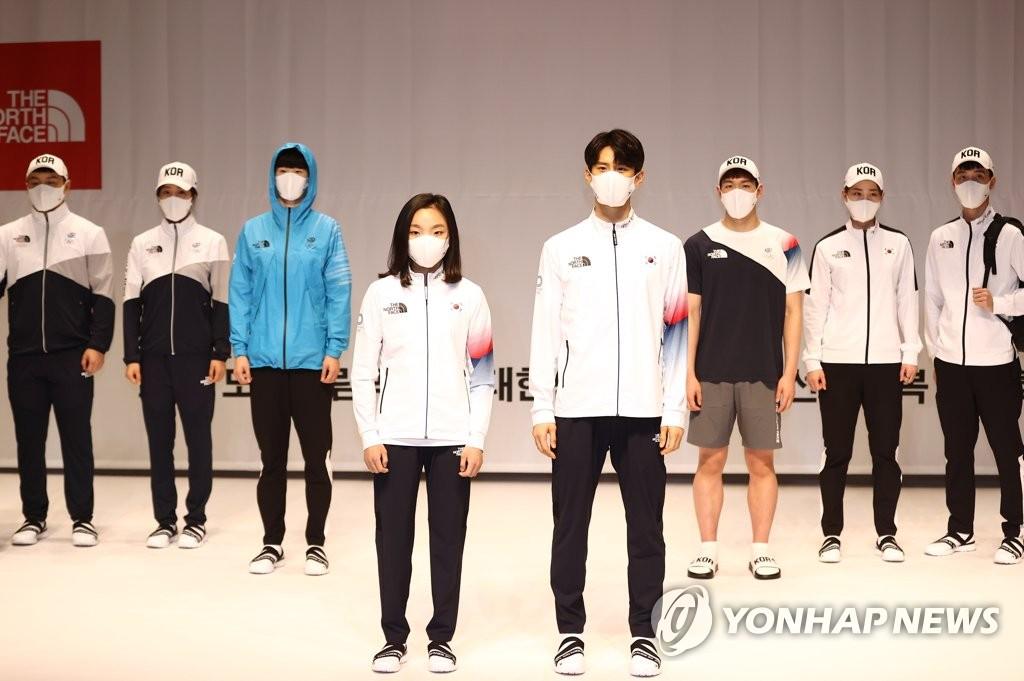 4月14日,在镇川国家队运动员村,选手们展示韩国队服。 韩联社