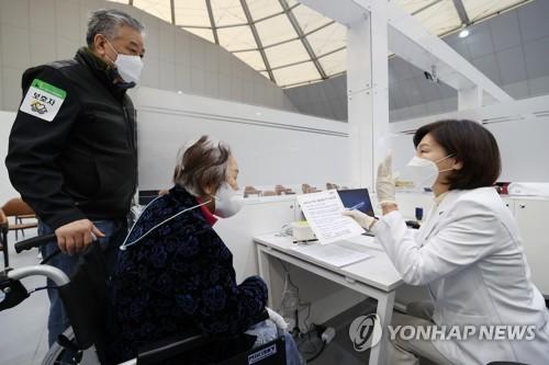 韩国75岁以上老人接种疫苗