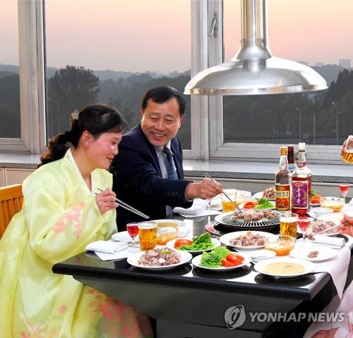 朝鲜居民在平壤清流馆用餐