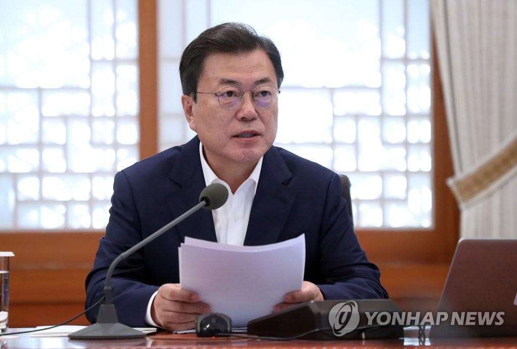 4月15日,在青瓦台,韩国总统文在寅主持召开经济部长扩大会议。 韩联社