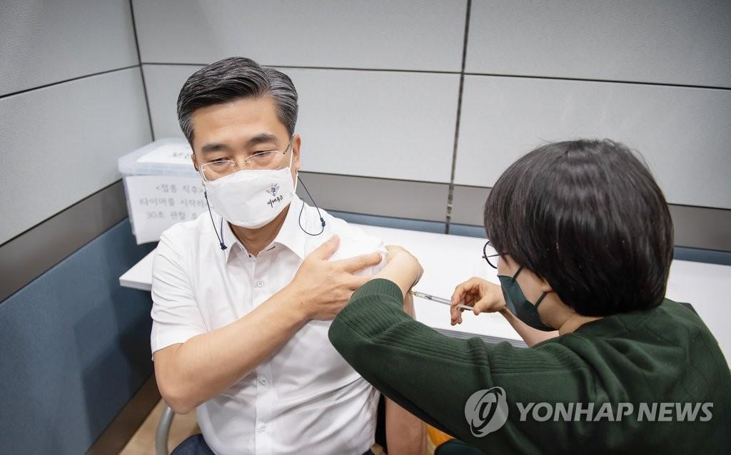 韩30岁以上官兵有望月底提前接种新冠疫苗