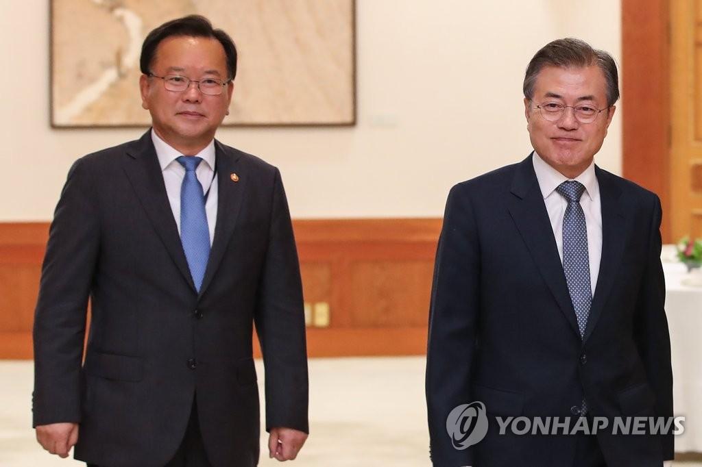资料图片:金富谦(左)和文在寅 韩联社