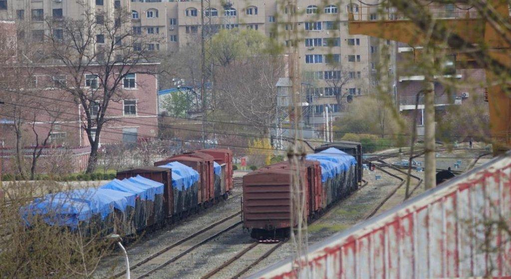 资料图片:货物列车停在丹东火车站,图片摄于4月17日。 韩联社
