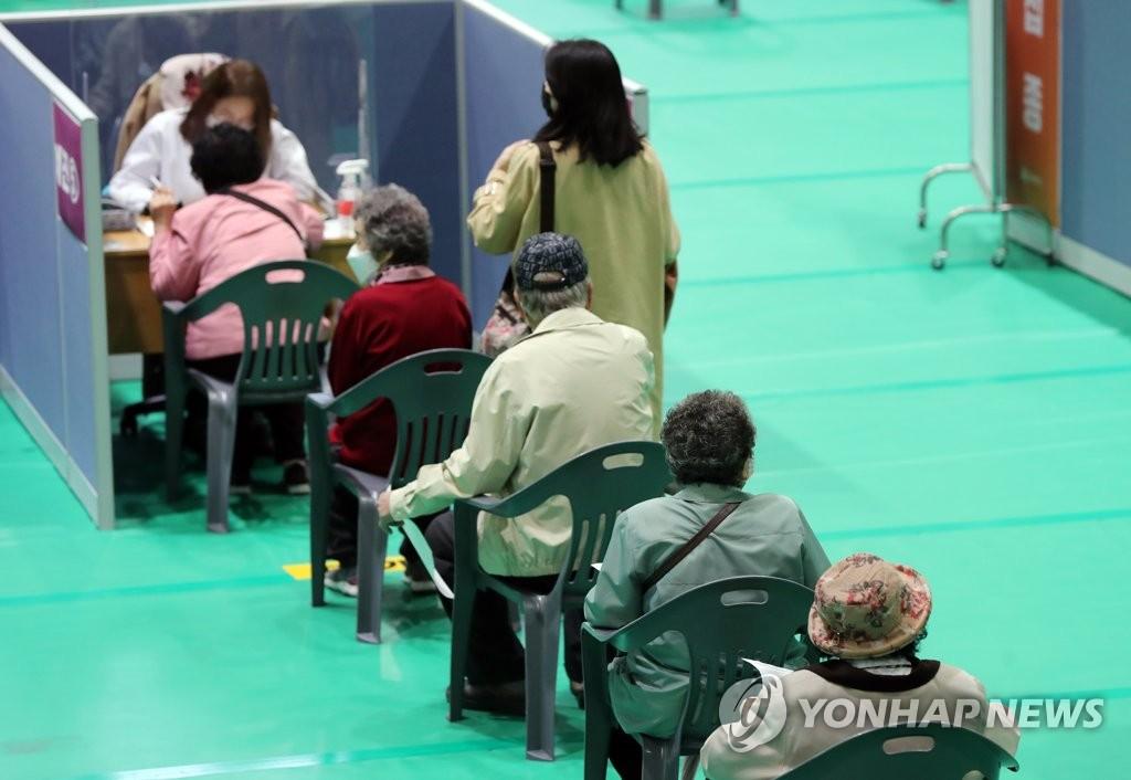 资料图片:4月19日,在位于光州市北区的一处新冠疫苗接种点,75周岁以上的老年人在接种辉瑞疫苗前排队候诊。 韩联社