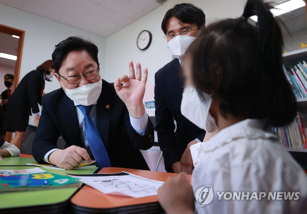 韩法务部长参观难民安置教育