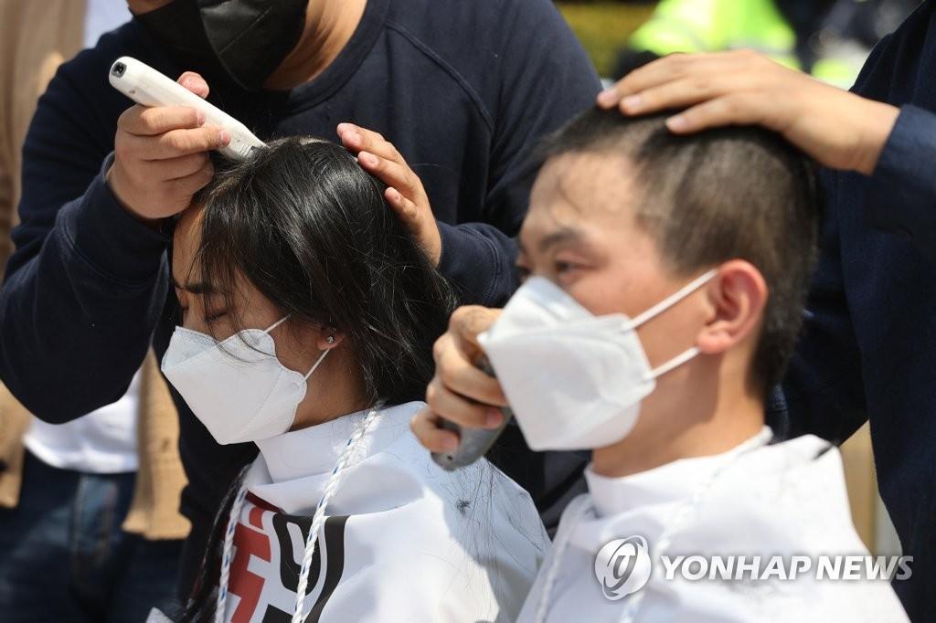 韩国学生削发抗议日本排污入海