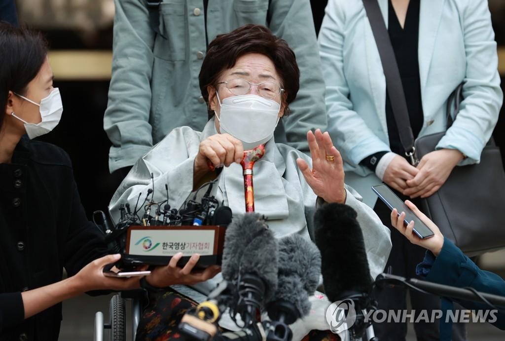 资料图片:4月21日,韩国中央地方法院驳回第二起慰安妇受害者对日索赔诉讼,原告之一的李容洙在庭外表态发表立场。 韩联社