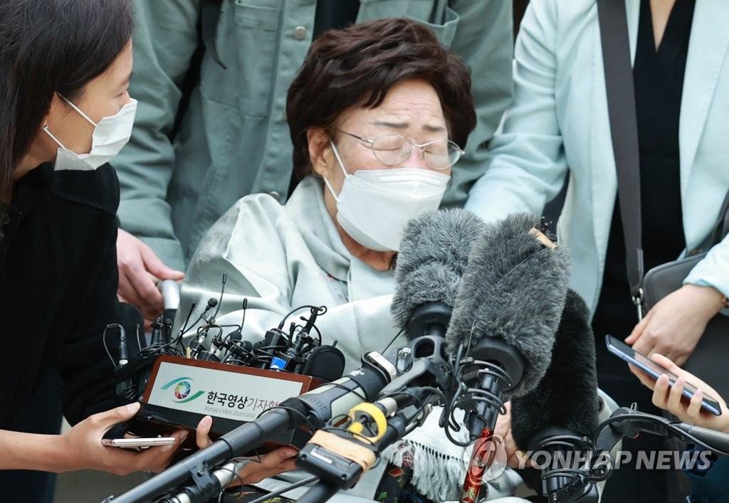资料图片:4月21日,在首尔市瑞草区的中央地方法院,李容洙老人在败诉后闭目不语,难掩失望。 韩联社