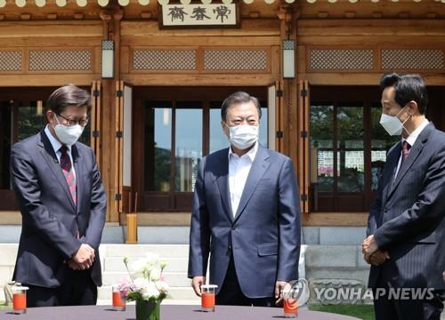 文在寅与京釜市长交谈