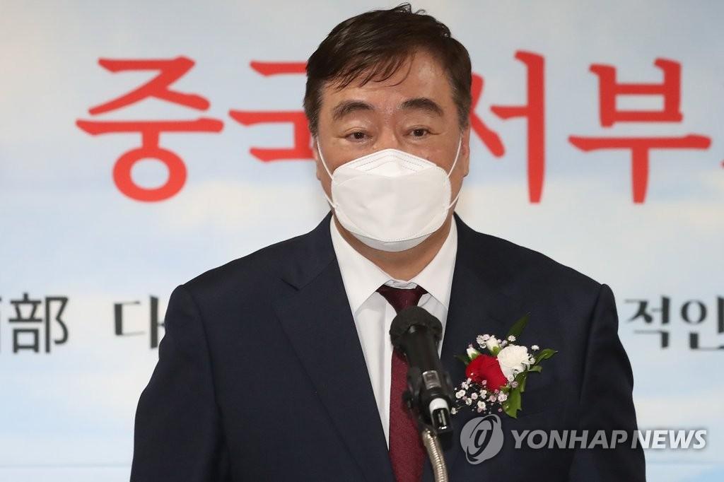 4月21日,在首尔麻浦中央图书馆,中国驻韩大使邢海明出席中国西部图片展开幕式并致贺辞。 韩联社