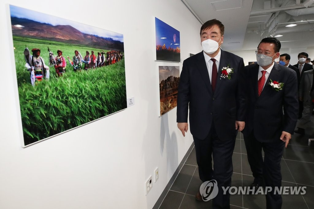 中国驻韩大使在首尔出席中国西部图片展开幕式