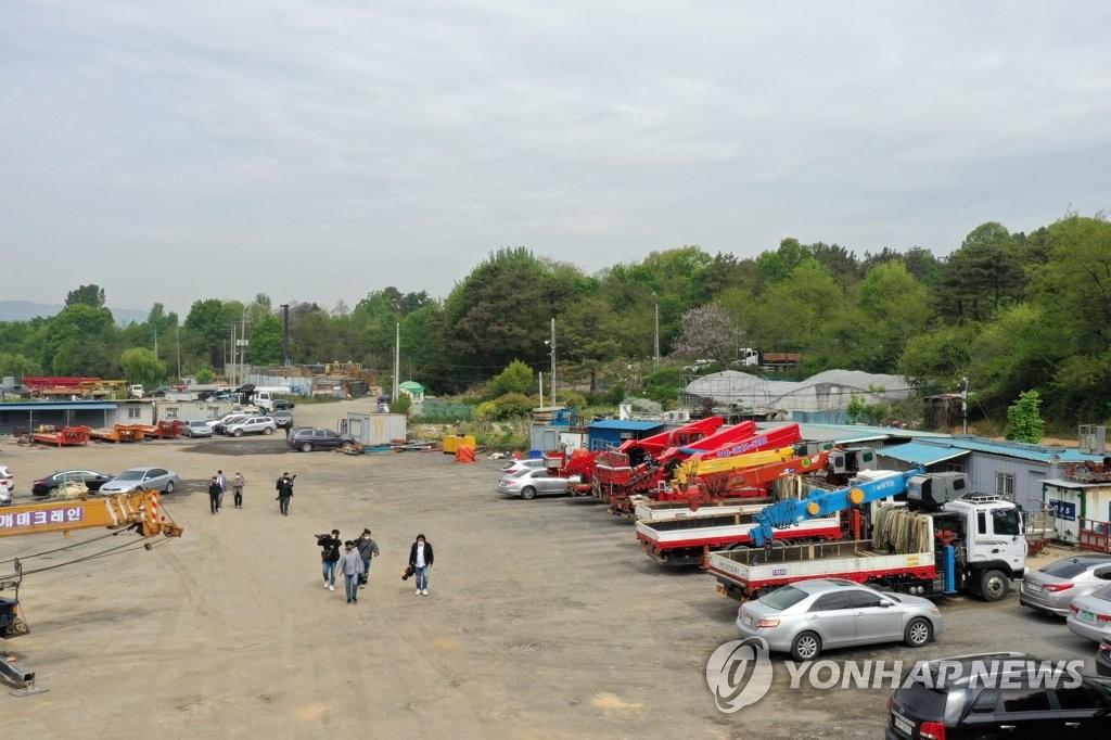 奇氏父子非法变更耕地性质,用作重型农业机械停车场。 韩联社