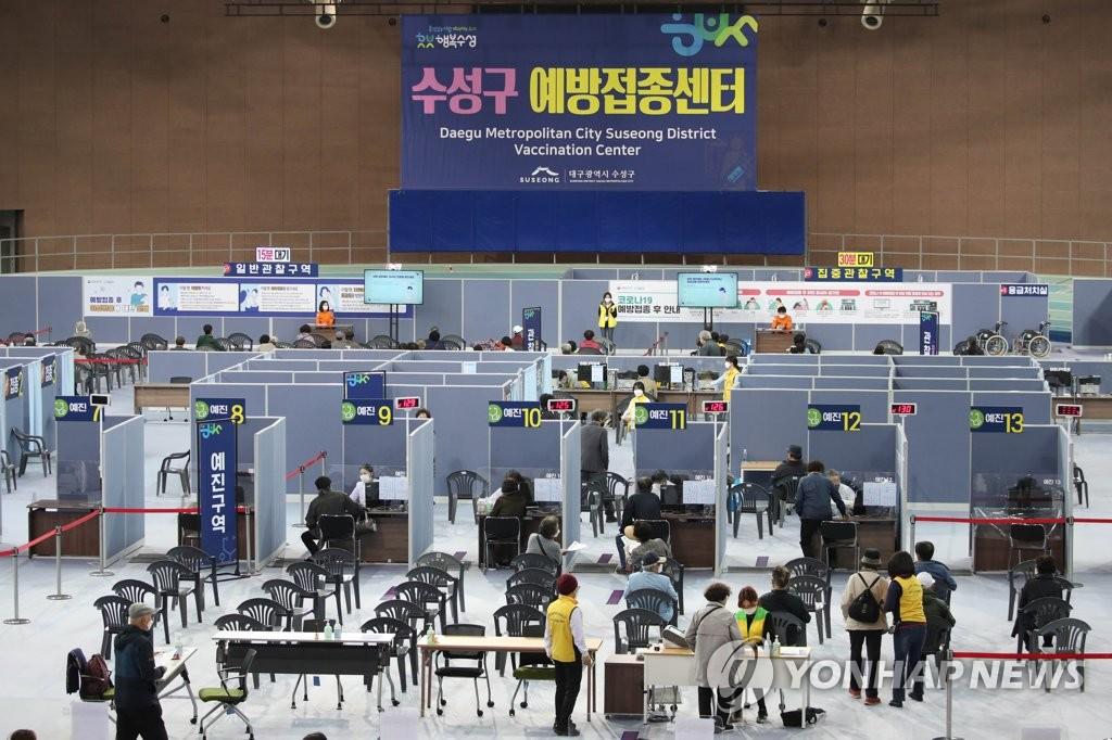 资料图片:4月23日,在设于大邱市寿城区陆上振兴中心的新冠疫苗预防接种中心,市民等待接种疫苗。 韩联社