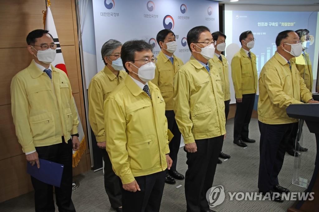 4月26日,在政府首尔大楼,代行国务总理职务的副总理兼企划财政部长官洪楠基(右)发表谈话。 韩联社