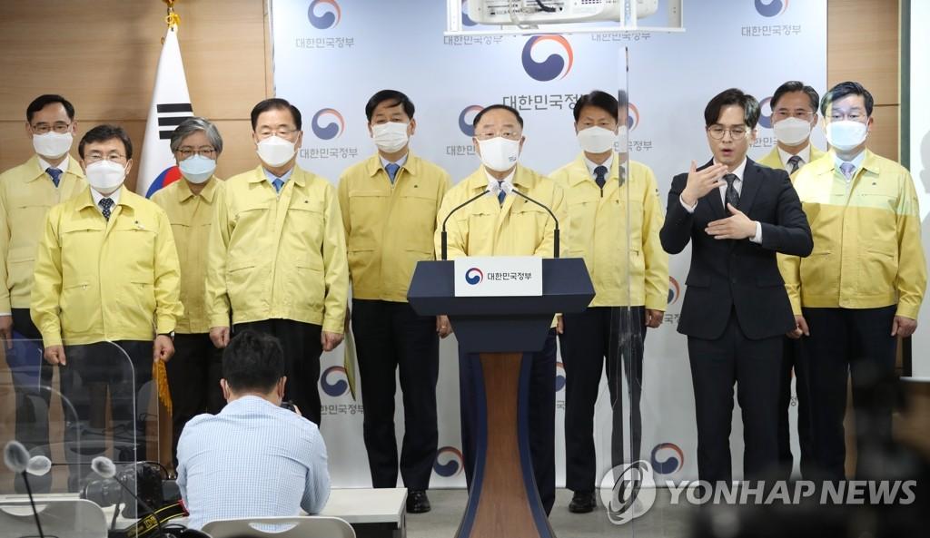 4月26日,在政府首尔大楼,代行国务总理职务的副总理兼企划财政部长官洪楠基发表谈话。 韩联社