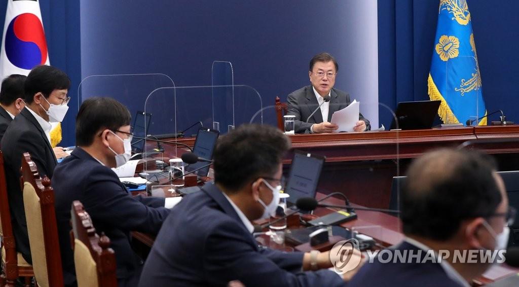 4月26日,韩国总统文在寅在首席秘书和辅佐官会议上发言。 韩联社
