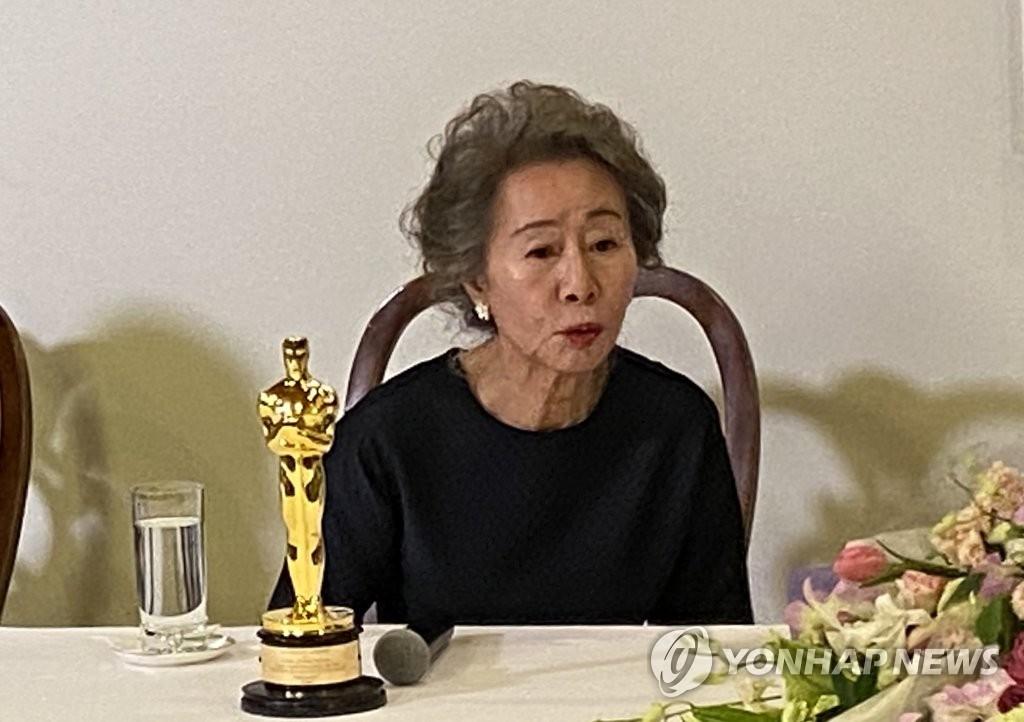 当地时间4月25日,在韩国驻洛杉矶总领馆,凭借电影《米纳里》荣膺第93届奥斯卡奖最佳女配角奖的韩国演员尹汝贞与韩国记者座谈。 韩联社