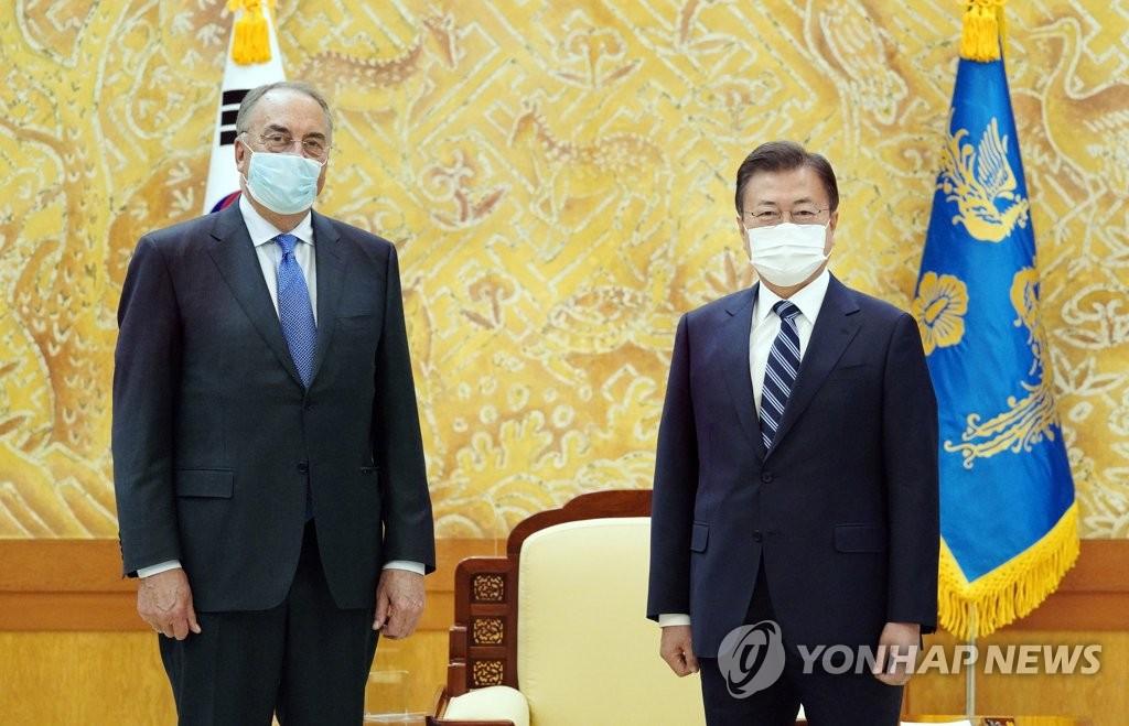 4月27日下午,在青瓦台,韩国总统文在寅(右)接见到访的美国药企诺瓦瓦克斯首席执行官斯坦利·埃尔克。 韩联社