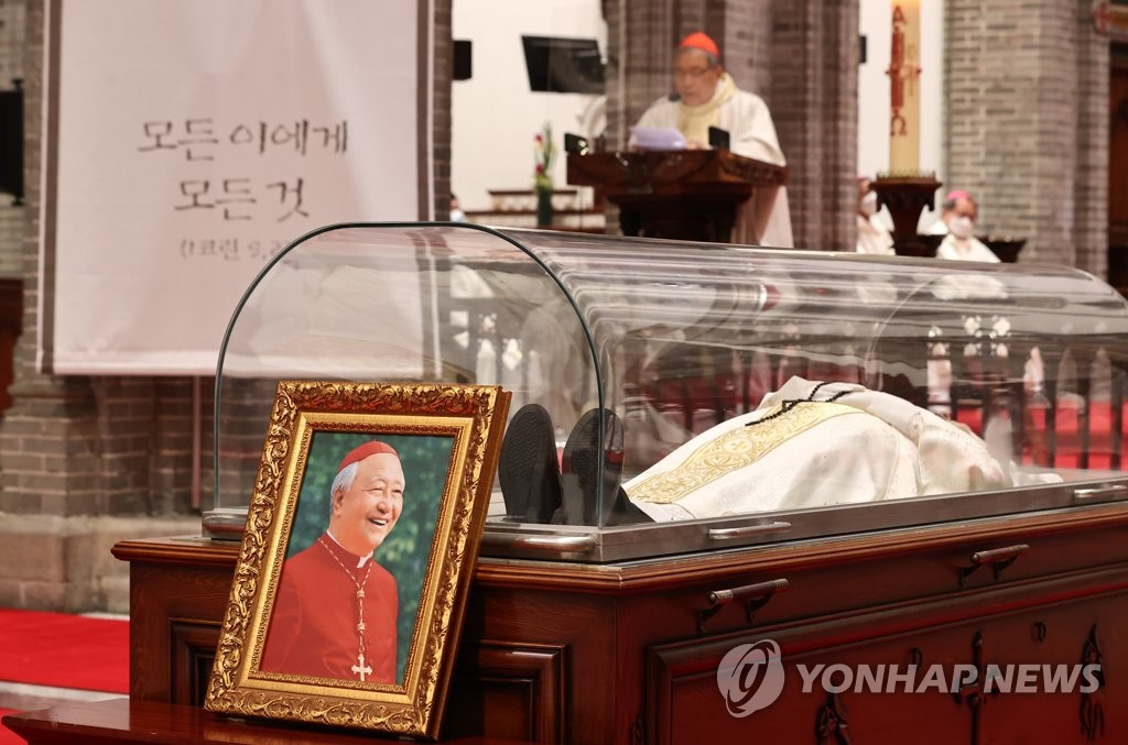 4月28日凌晨,在明洞天主教堂,韩国天主教首尔大教区区长、枢机主教郑镇奭的殡葬弥撒举行。郑镇奭于27日因病去世,享年90岁。 韩联社