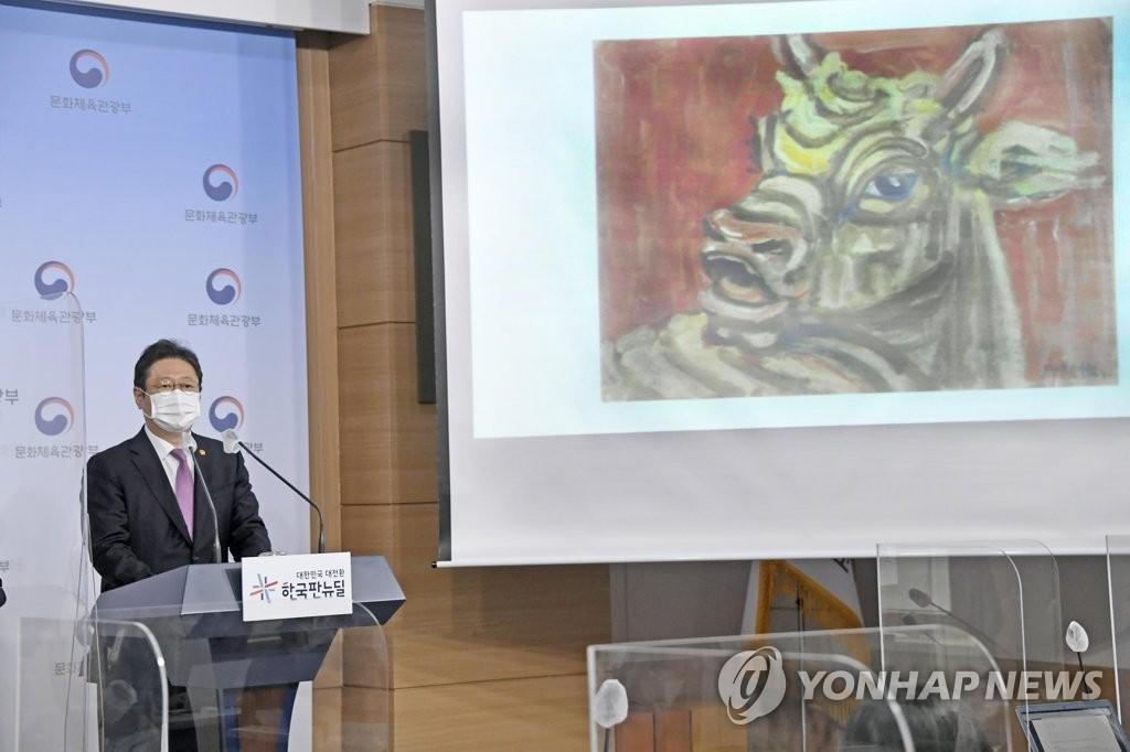 资料图片:4月28日,文体部长官黄熙介绍李健熙遗属捐赠的藏品。 韩联社