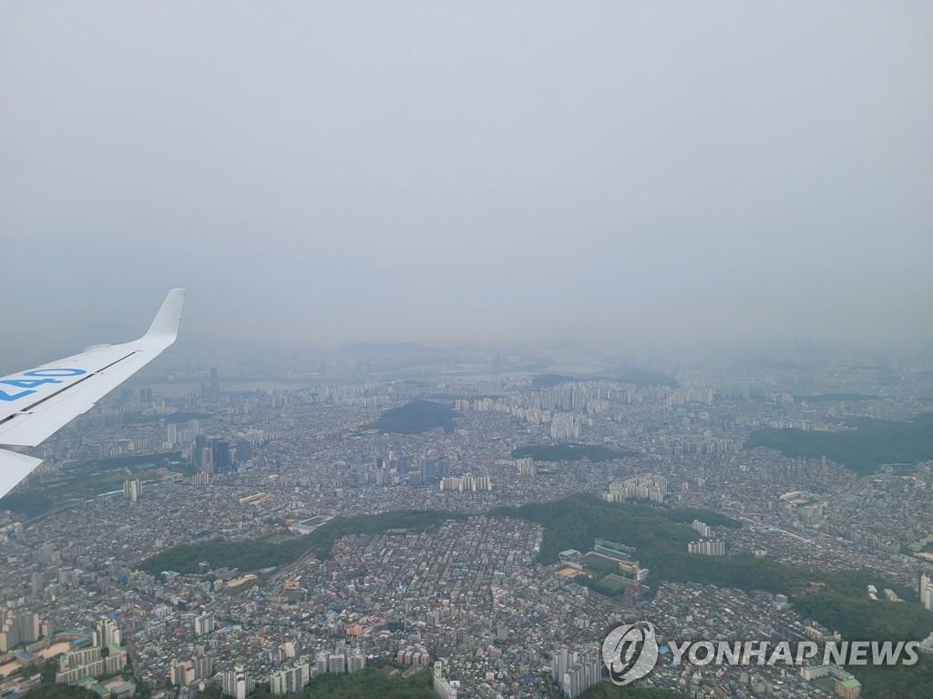 资料图片:4月28日,韩国气象飞机从首尔金浦机场起飞后在西部海域上空进行航空气象观测。图为该飞机拍摄的沙尘暴图片。 韩联社/气象厅供图(图片严禁转载复制)