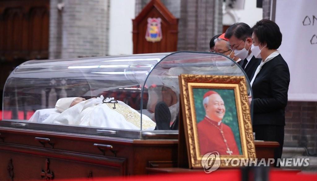 详讯:文在寅吊唁枢机主教郑镇奭
