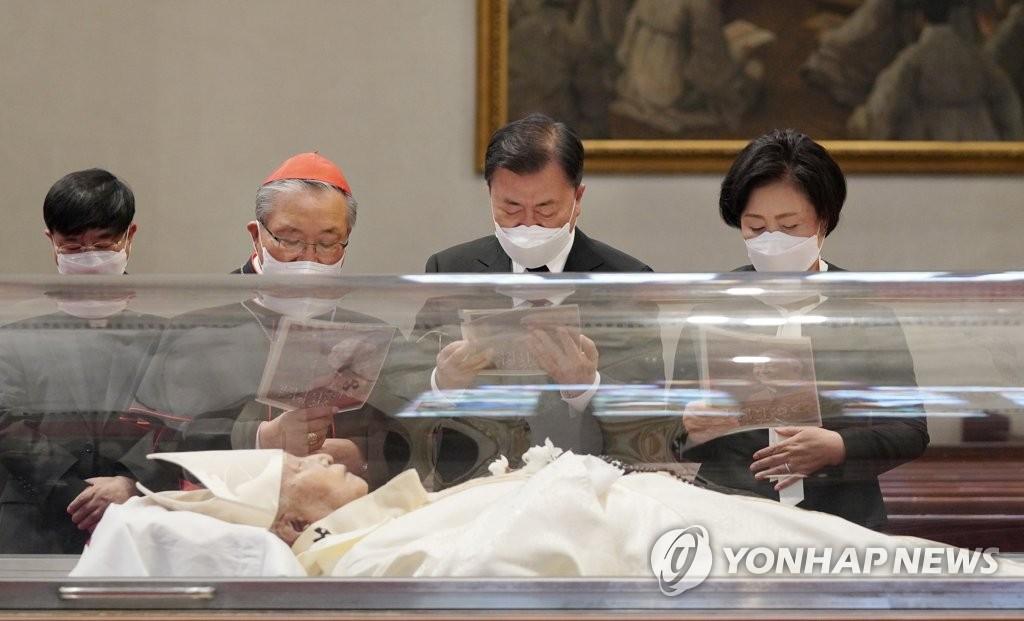 4月29日上午,韩国总统文在寅(右二)和夫人金正淑(右一)前往首尔明洞天主教堂吊唁枢机主教郑镇奭。 韩联社