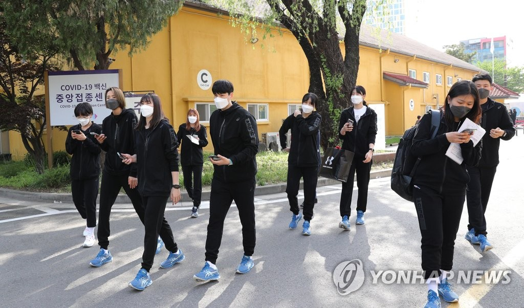 4月29日,在国立中央医疗院,将出战东京奥运会的韩国国家代表队选手接种第一剂新冠疫苗后回宿舍。 韩联社/联合摄影团
