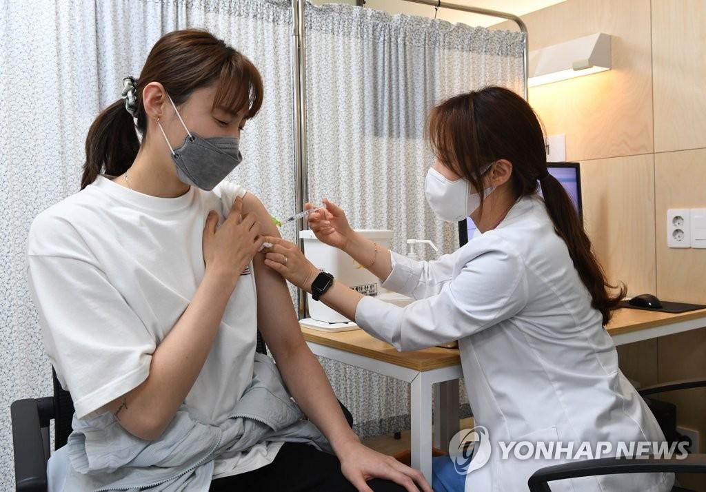 4月29日,在国立中央医疗院,将出战东京奥运会的排球运动员裵裕娜(音)接种第一剂新冠疫苗。 韩联社/联合摄影团