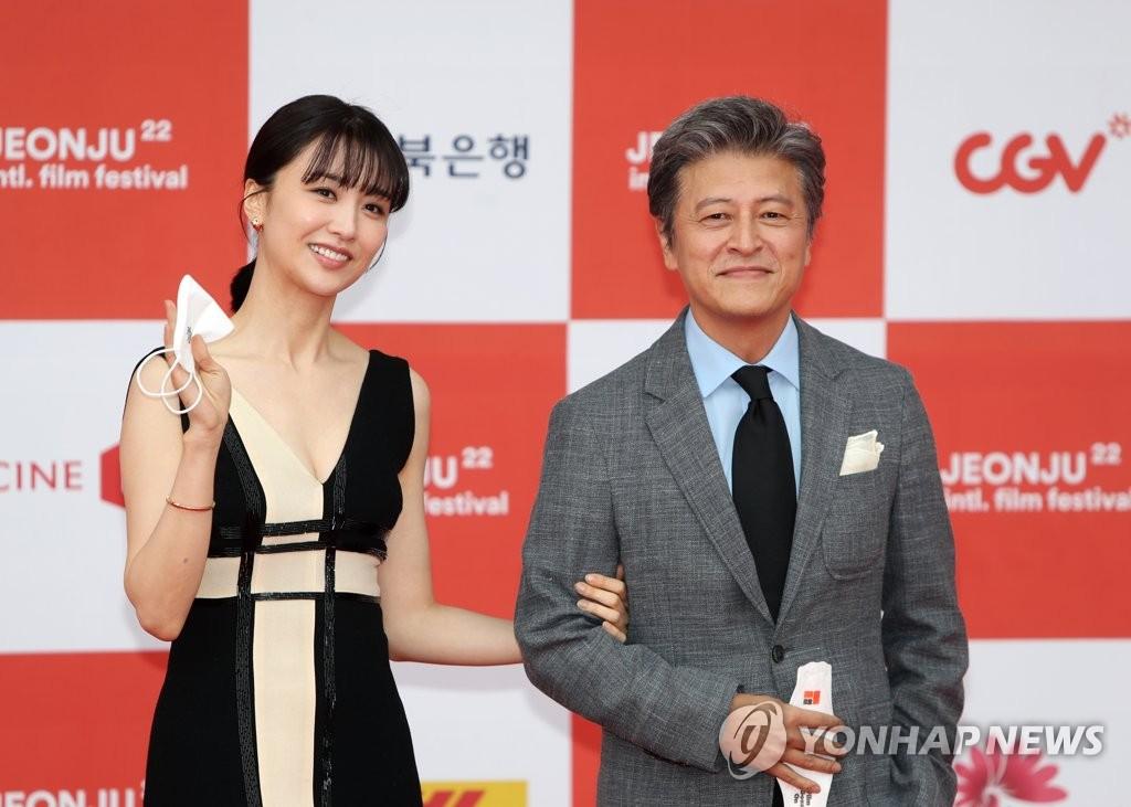 4月29日,第22届全州国际电影节开幕式走红地毯活动在全州市韩国声音文化殿堂举行。图为演员权海骁(右)和朴河宣摆姿势供媒体拍照。 韩联社