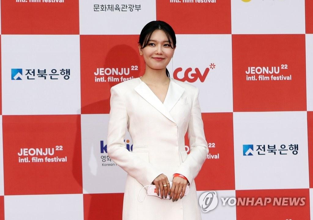 4月29日,第22届全州国际电影节开幕式走红地毯活动在全州市韩国声音文化殿堂举行。图为演员崔秀英摆姿势供媒体拍照。 韩联社