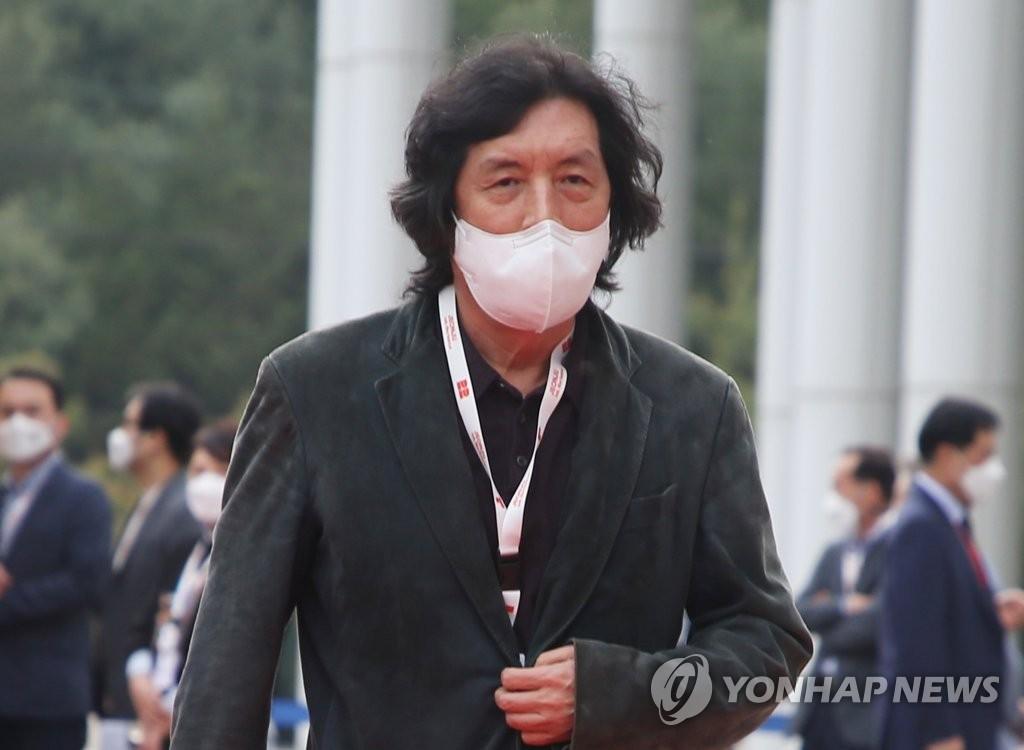 4月29日,在全州市韩国声音文化殿堂,导演李沧东出席第22届全州国际电影节开幕式走红地毯活动。 韩联社