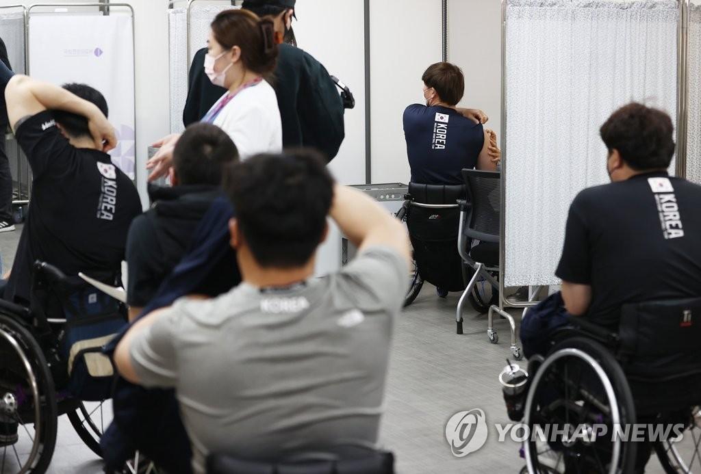 资料图片:东京残奥会韩国代表团接种疫苗。 韩联社