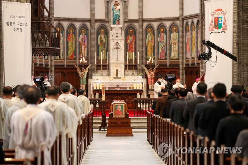 5月1日,在首尔明洞教堂,天主教首尔大教区枢机主教廉洙政等人士为枢机主教郑镇奭举行殡葬弥撒。 韩联社