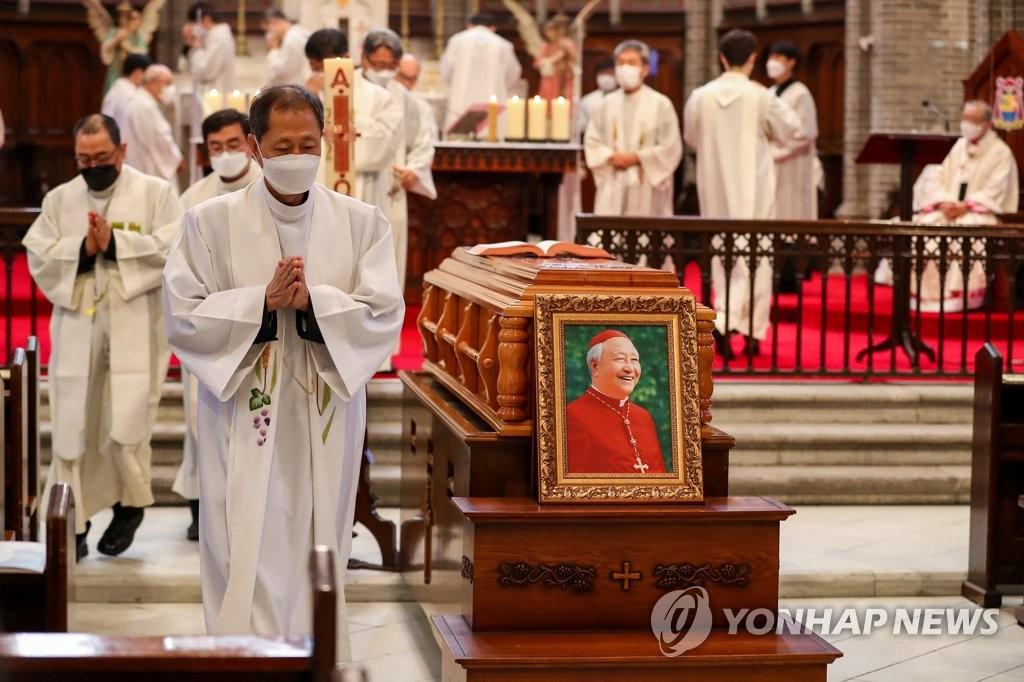 韩枢机主教郑镇奭遗体告别仪式举行