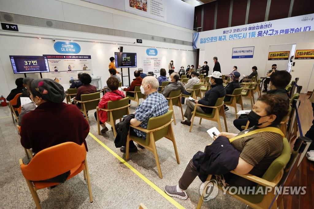 资料图片:等待接种新冠疫苗的市民 韩联社
