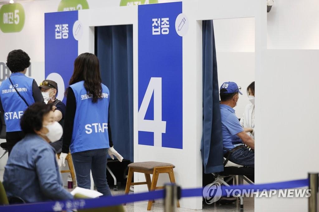 资料图片:市民接种新冠疫苗。 韩联社