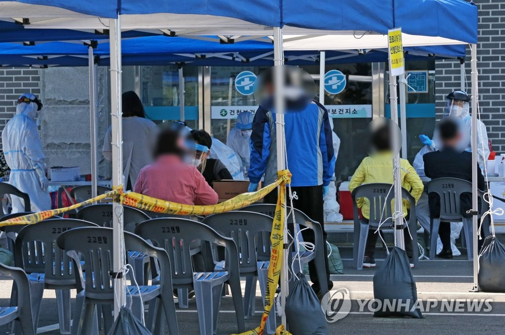 资料图片:核酸检测采样现场 韩联社