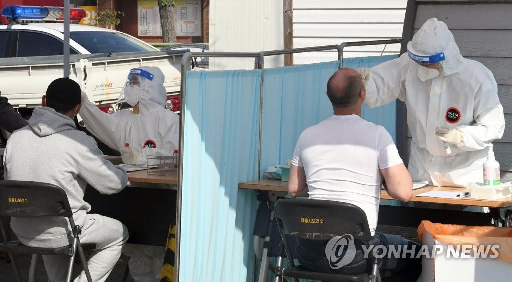 资料图片:5月3日,在设于江原道江陵市原长途巴士候车室的临时筛查诊所,外籍劳工接受新冠检测。 韩联社