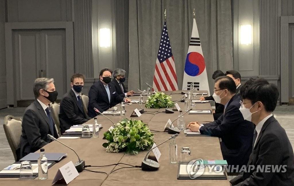 当地时间5月3日,韩国外交部长官郑义溶(右二)在伦敦与美国国务卿安东尼·布林肯(左一)举行会谈。 韩联社