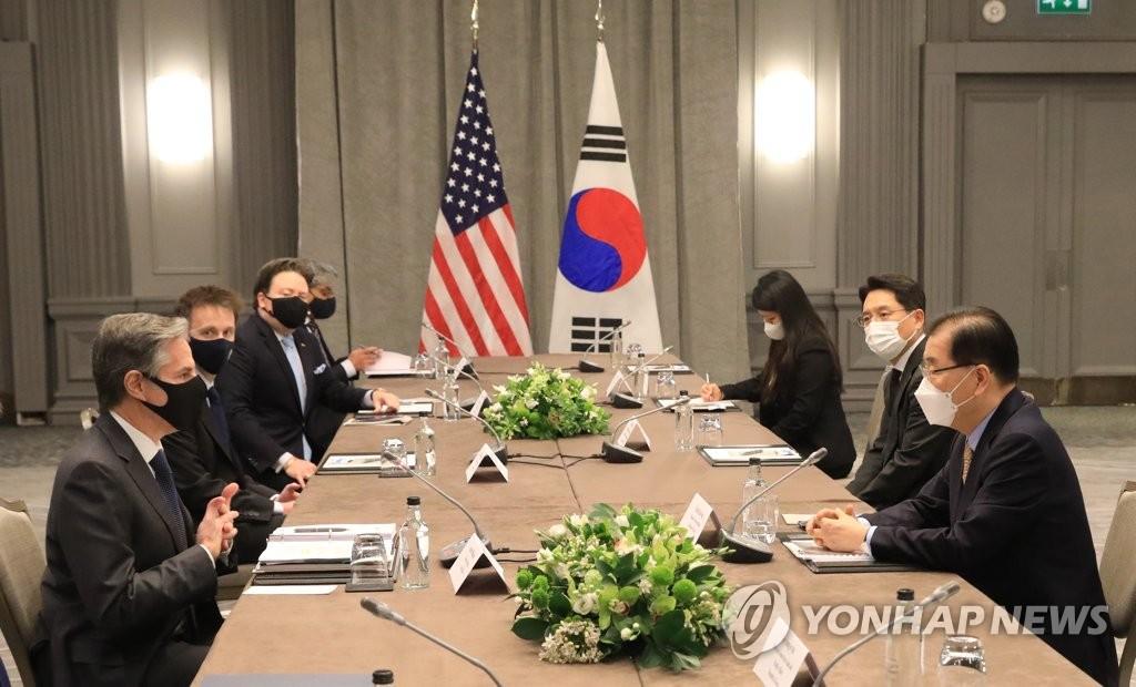 5月3日,在英国伦敦,为出席七国集团(G7)外长会议访英的韩国外长郑义溶(右一)同美国国务卿安东尼·布林肯(左一)举行双边会谈。 韩联社