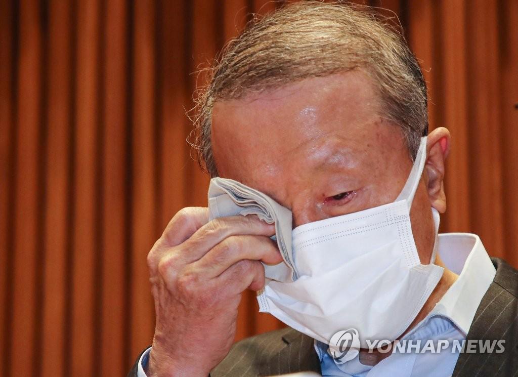 5月4日,南阳乳业会长洪源植在记者会上落泪。 韩联社