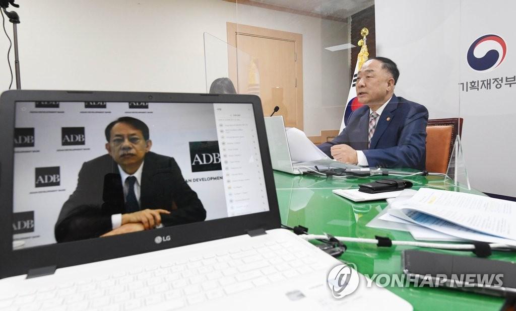 韩副总理洪楠基在线会见亚行行长浅川雅嗣