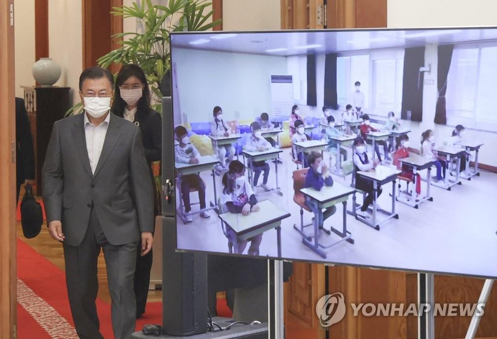 资料图片:5月4日,在青瓦台,总统文在寅走进与孩子们视频连线互动的大厅。 韩联社