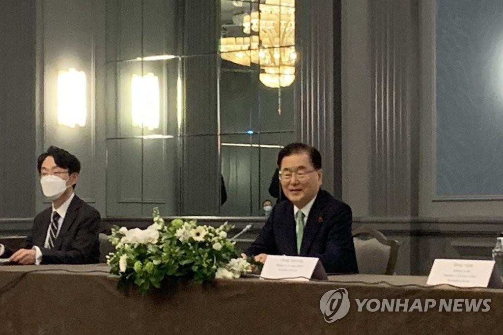 5月5日下午,在伦敦市区一酒店,为出席七国集团(G7)外长会议访英的韩国外长郑义溶(右)同美国国务卿安东尼·布林肯、日本外相茂木敏充举行会谈。 韩联社