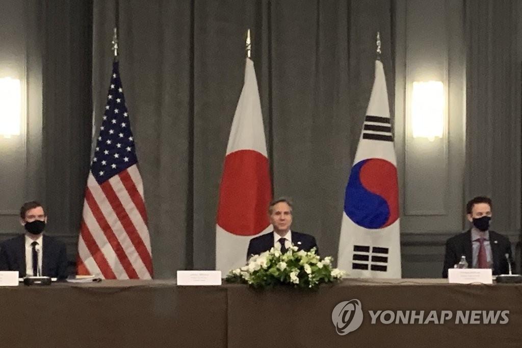 5月5日下午,在伦敦市区一酒店,美国国务卿安东尼·布林肯(中)与韩国外长郑义溶、日本外相茂木敏充举行会谈。 韩联社